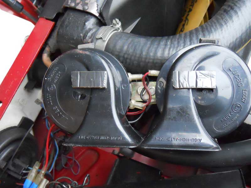 Pair of Rover SD1 horns wire together and connected to loom.